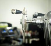 桶装啤酒在酒吧的泵浦轻拍 图库摄影
