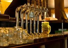 桶装啤酒大啤酒杯在客栈 免版税库存照片