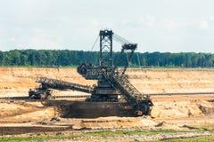 桶轮子挖掘机开掘的褐煤(棕色煤炭) 免版税库存图片