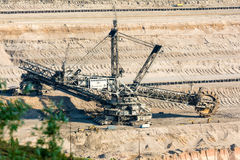 桶轮子挖掘机开掘的褐煤(棕色煤炭) 图库摄影