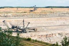 桶轮子挖掘机开掘的褐煤(棕色煤炭) 免版税库存照片