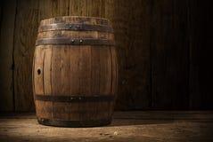 桶酒精葡萄园木头背景  库存图片