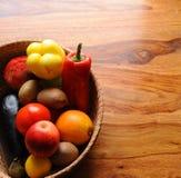 桶水果和蔬菜 免版税图库摄影