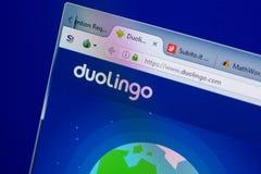 梁赞,俄罗斯- 2018年5月08日:个人计算机, URL - DuoLingo显示的DuoLingo网站  com 图库摄影