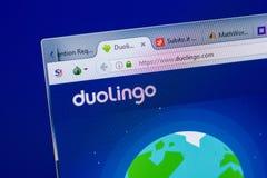 梁赞,俄罗斯- 2018年5月08日:个人计算机, URL - DuoLingo显示的DuoLingo网站  com 库存照片