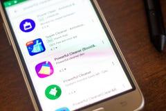 梁赞,俄罗斯- 2018年5月04日:在手机显示的流动apps名单的强有力的擦净剂象  库存图片