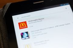 梁赞,俄罗斯- 2018年6月24日:在流动apps名单上的McDonalds俄罗斯象 图库摄影