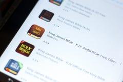 梁赞,俄罗斯- 2018年5月03日:在片剂个人计算机显示的流动apps名单的詹姆斯Bible国王象  免版税库存图片