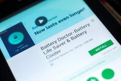 梁赞,俄罗斯- 2018年5月03日:电池app医生在片剂个人计算机显示的流动  免版税库存图片