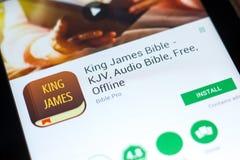 梁赞,俄罗斯- 2018年5月03日:詹姆斯Bible在片剂个人计算机显示的流动app国王  免版税库存照片