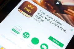 梁赞,俄罗斯- 2018年5月03日:詹姆斯Bible在片剂个人计算机显示的流动app国王  图库摄影