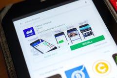 梁赞,俄罗斯- 2018年5月02日:雅虎在片剂个人计算机显示的流动apps名单的财务象  库存照片