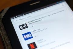 梁赞,俄罗斯- 2018年5月02日:露天看台在片剂个人计算机显示的流动apps名单的报告象  免版税库存照片