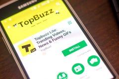 梁赞,俄罗斯- 2018年5月04日:Topbuzz轻在手机显示的流动app  免版税图库摄影