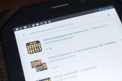 梁赞,俄罗斯- 2018年4月19日-在流动apps名单上的Emoji键盘逗人喜爱的意思号象 免版税库存照片