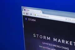 梁赞,俄罗斯- 2018年3月29日-风暴隐藏货币主页在个人计算机显示,网地址的- stormtoken com 免版税图库摄影