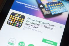 梁赞,俄罗斯- 2018年4月19日- Emoji键盘逗人喜爱的意思号在片剂个人计算机显示的流动app  免版税库存图片