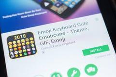 梁赞,俄罗斯- 2018年4月19日- Emoji键盘逗人喜爱的意思号在片剂个人计算机显示的流动app  图库摄影