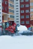 梁赞,俄罗斯- 12月, 15 -推土机从雪的清洁街道在多雪的冬天 图库摄影