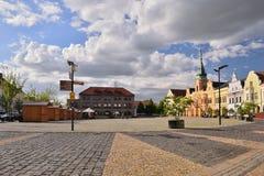 梅利尼克,捷克共和国- 2018年4月26日:在Namesti Miru的历史大厦摆正与在前景的路面在春天 免版税库存照片