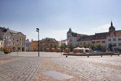 梅利尼克,捷克共和国- 2017年9月29日:在Namesti Miru的历史大厦摆正与在前景的路面 免版税库存图片