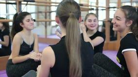 梅利托波尔,乌克兰 类在一所私立舞蹈学校 2017年12月26日 体育连接的人民 人种间友谊 股票录像
