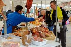 梅卡度de Loule,Loule,葡萄牙- 2019年1月18日:人购买香肠在Loule市场上 图库摄影