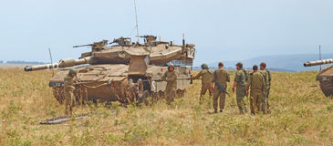 梅卡瓦坦克和以军士兵训练装甲的力量的 免版税图库摄影