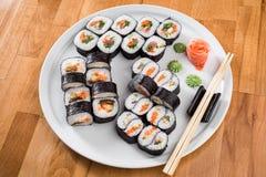 梅基与三文鱼和鲕梨的寿司卷 寿司被隔绝在白色背景 关闭 免版税库存照片