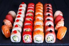 梅基和nigiri寿司设置了用在板岩的鱼子酱 免版税图库摄影