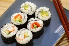 梅基寿司用胡椒和鲕梨 免版税库存照片