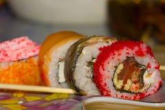 梅基滚动与三文鱼,鳗鱼,奶油奶酪费城,鱼子酱tobica 免版税库存图片