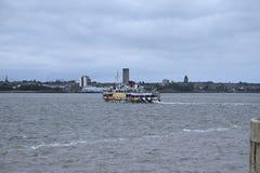 梅尔塞轮渡向从阿尔伯特船坞的伯肯黑德在利物浦在默西赛德郡在英国 免版税库存图片