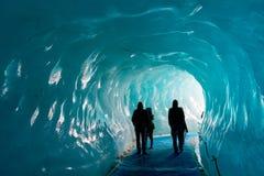 梅尔de Glace冰川的人参观的thee冰洞剪影,在夏慕尼勃朗峰断层块,阿尔卑斯法国 免版税图库摄影