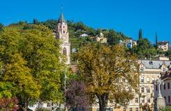 梅拉诺在南蒂罗尔,特伦托自治省女低音阿迪杰, Meran大教堂的秋天视图一个美丽的城市  意大利 库存照片