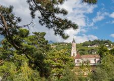 梅拉诺在南蒂罗尔,特伦托自治省女低音阿迪杰, Meran大教堂的秋天视图一个美丽的城市  意大利 免版税库存图片