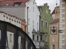 梅拉诺,特伦托自治省,意大利 r 铁桥梁和镇街道 免版税库存图片