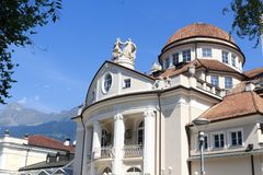 梅拉诺Kurhaus散步和山阿尔卑斯全景的在南蒂罗尔 图库摄影