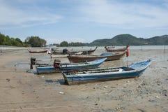 梅斯海岛在土地站立浪潮小船的结果 免版税库存照片