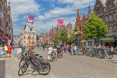 梅赫伦,比利时- 2014年6月14日:IJzerenleen街道或正方形与Groot Begijnhof哥特式大厦  图库摄影