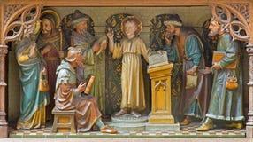 梅赫伦-被雕刻的雕刻的小组-男孩在寺庙的耶稣教学-教会我们的横跨de Dyle的夫人 库存图片
