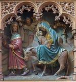梅赫伦-飞行的被雕刻的雕象对教会埃及scence新的哥特式旁边法坛的我们的横跨de Dyle的夫人 库存图片