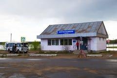 梅什金,俄罗斯- 2016年5月04日:汽车站在城市 免版税库存图片
