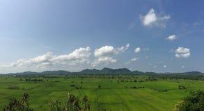 梦想假日目的地、米领域和山全景视图在蓝天晴天在东南亚 图库摄影
