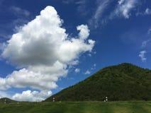 梦想假日目的地、草甸和山景在蓝天晴天在东南亚 免版税库存图片