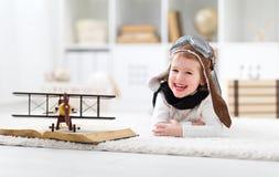 梦想和旅行的概念 有a的愉快的试验飞行员孩子 免版税图库摄影