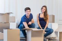 梦想实现,移动 爱恋的夫妇享用一栋新的公寓 免版税库存图片