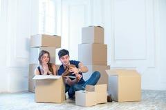 梦想实现,移动 爱恋的夫妇享用一栋新的公寓 免版税库存照片