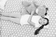 梦想概念 作梦的女孩 小孩梦想在床上 睡眠和更作梦 免版税库存图片