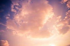 梦想的云彩和软的阳光 激动人心的skyscape背景 免版税图库摄影